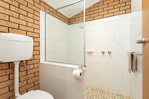 A bathroom at Maffra Motor Inn