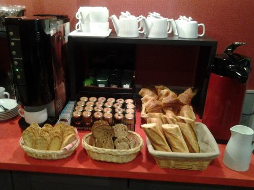 Breakfast options available to guests at Hôtel Carmin
