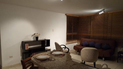 A seating area at apartosuite Sabana Grande
