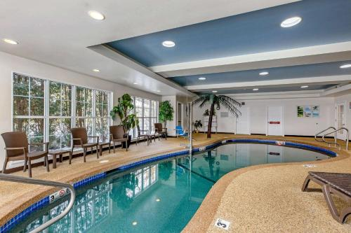 The swimming pool at or near Comfort Inn & Suites
