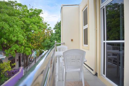 Een balkon of terras bij Nalaveshi Inn