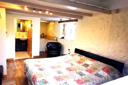 A bed or beds in a room at Wheelwrights