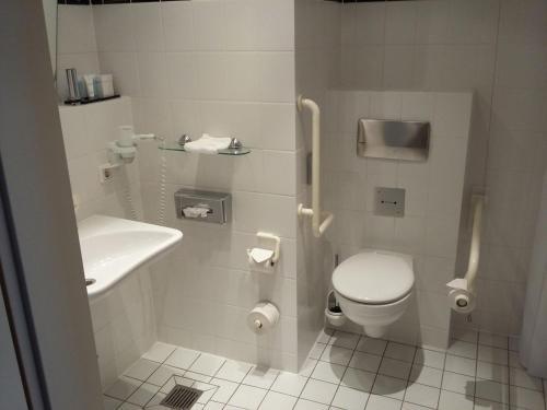 A bathroom at Dorint Charlottenhof Halle (Saale)