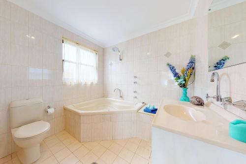 A bathroom at Paradise Beach Apartments