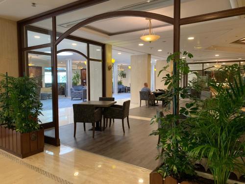 Um restaurante ou outro lugar para comer em Carlton Al Moaibed Hotel