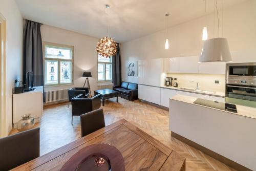 Кухня или мини-кухня в Old Town - Dusni Apartments