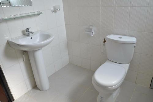 A bathroom at Imans Hotel Dabou