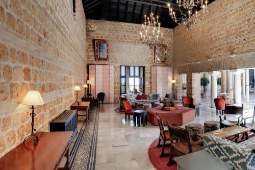 A restaurant or other place to eat at Parador de Carmona
