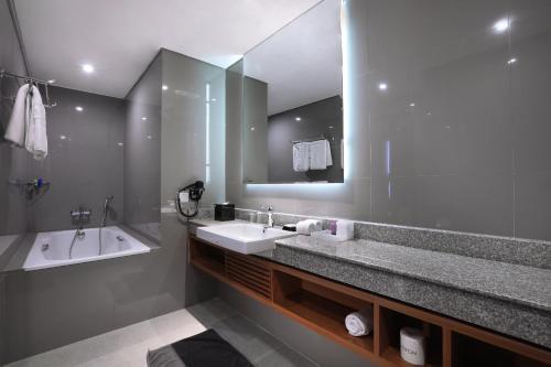 A bathroom at Aston Inn Batu