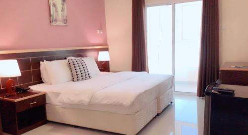 Un ou plusieurs lits dans un hébergement de l'établissement Mutrah Hotel