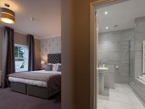 A bathroom at Elfordleigh Hotel