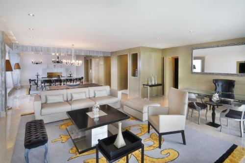 The lounge or bar area at Le Meridien Oran Hotel