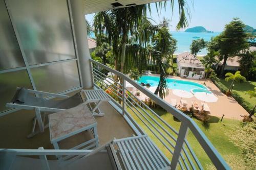 Ein Blick auf den Pool von der Unterkunft Makathanee Resort oder aus der Nähe