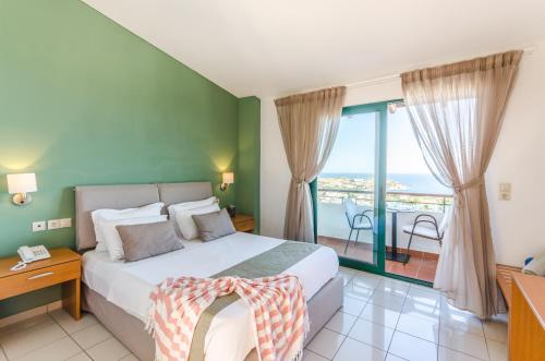 Letto o letti in una camera di Pela Mare Hotel