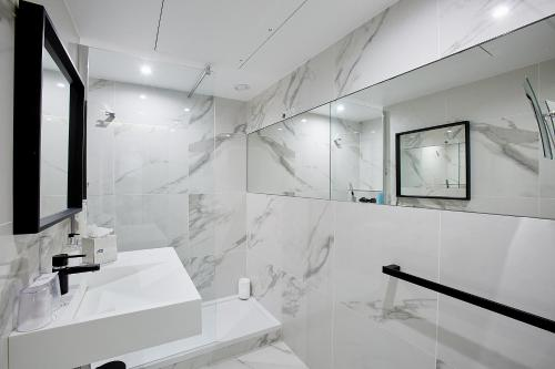 A bathroom at Best Western Plus Paris Meudon Ermitage