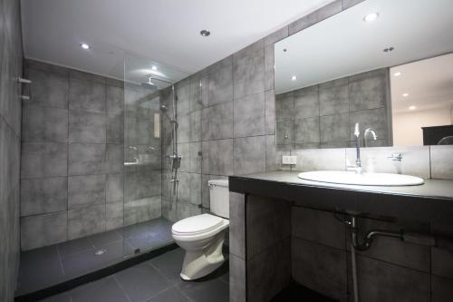 A bathroom at Deparis Beach Resort