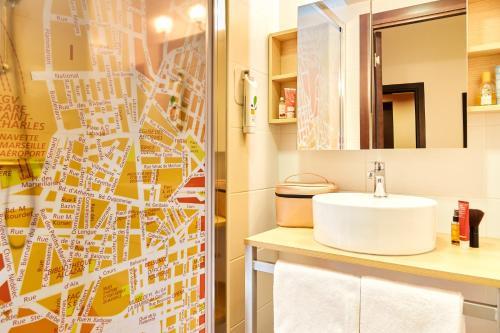 A bathroom at ibis Styles Marseille Gare Saint-Charles