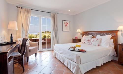 Кровать или кровати в номере Hotel MR Les Rotes
