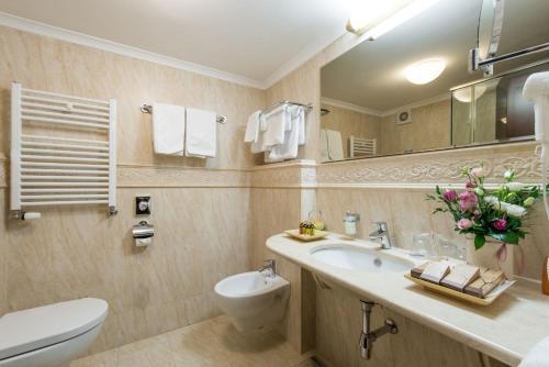A bathroom at Hotel Moskva