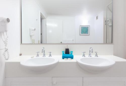 A bathroom at Sonia's At Ramada Resort Free Wifi & 2 Push Bikes