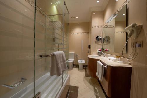 A bathroom at Mercure Corniche Al Khobar