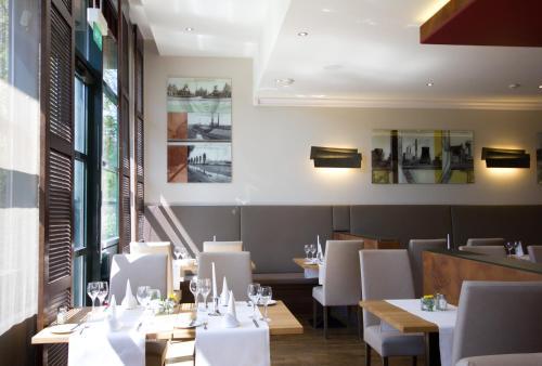 A restaurant or other place to eat at Steigenberger Dortmund