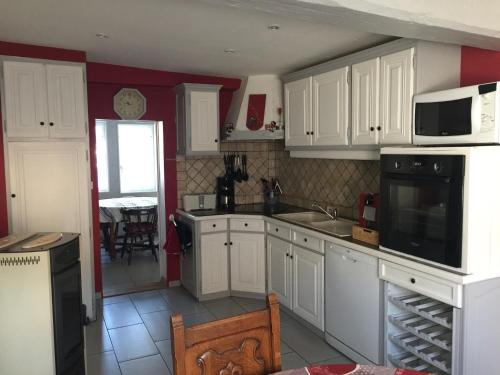 """A kitchen or kitchenette at Gîte alsacien """"au HEIMBACH"""" 8 pers ,classé 3 étoiles"""
