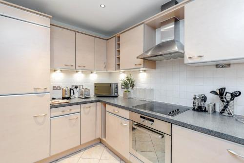 A kitchen or kitchenette at Luxury Flat in Central Woking - Free Parking Gym/Sauna