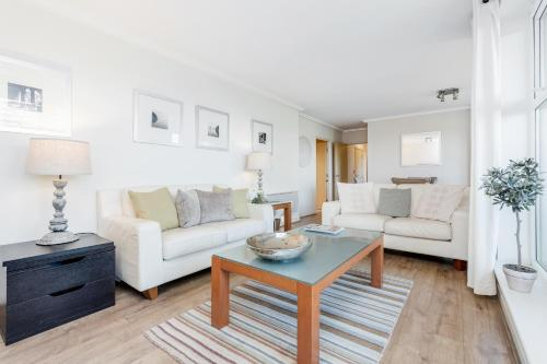 A seating area at Luxury Flat in Central Woking - Free Parking Gym/Sauna