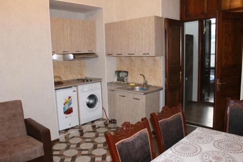 A cozinha ou cozinha compacta de 28 mall apartament
