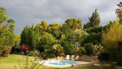 The swimming pool at or close to Le Clos fleuri