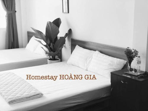 A bed or beds in a room at Homestay Hoàng Gia