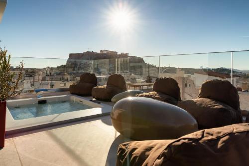 בריכת השחייה שנמצאת ב-Elia Ermou Athens Hotel או באזור