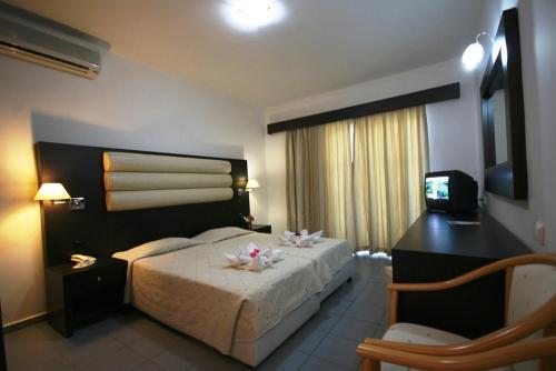 Een bed of bedden in een kamer bij Zorbas Beach Hotel