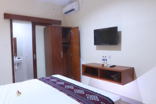 A television and/or entertainment centre at Sekar Waru Homestay