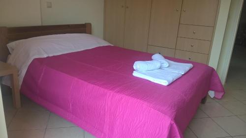 A bed or beds in a room at HOLIDAYS APARTMENT ΜΕΣΣΗΝΗ