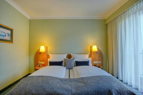 Ein Bett oder Betten in einem Zimmer der Unterkunft Hotel Kischers Landhaus