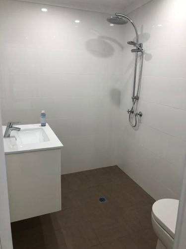 A bathroom at Broadway Apartment