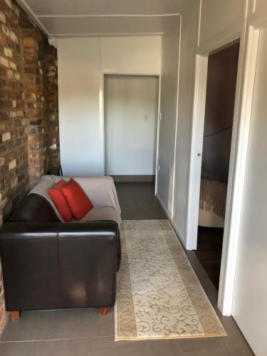 A seating area at Broadway Apartment