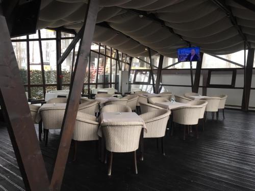 Un restaurant sau alt loc unde se poate mânca la Ambiance Hotel