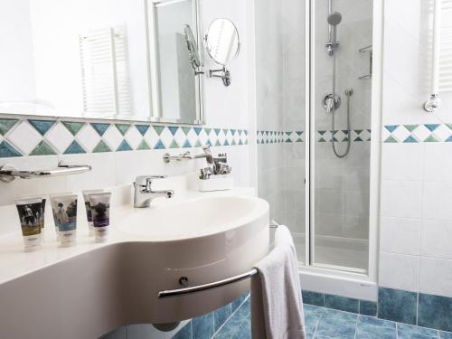 A bathroom at Mercure Genova San Biagio