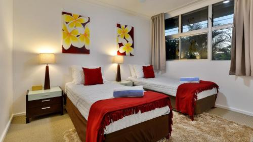 A bed or beds in a room at 3 Bedroom Poinciana Lodge