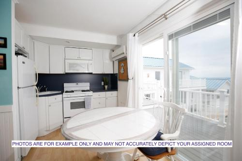A kitchen or kitchenette at The Montauk Soundview