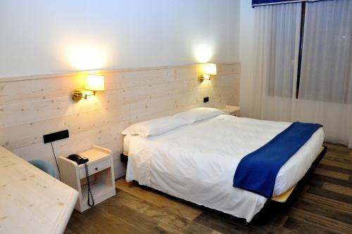 A bed or beds in a room at Hotel Damodoro