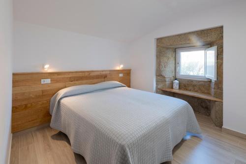 A bed or beds in a room at Apartamentos Mar de Fondo Muxia