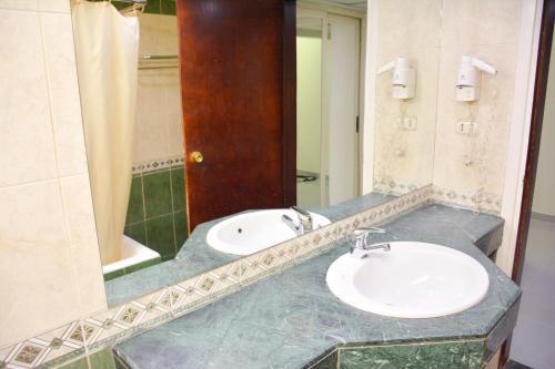 A bathroom at Aracan Pyramids Hotel