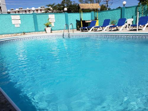 Бассейн в Doctors Cave Beach Hotel или поблизости