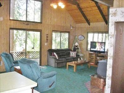 A seating area at Alpine Thyme Cabin
