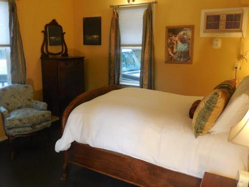 A bed or beds in a room at Yosemite Bug Rustic Mountain Resort