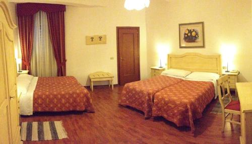 A bed or beds in a room at Hotel Umbria